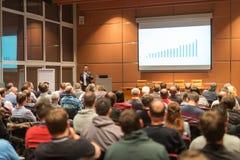Haut-parleur d'affaires présentant un exposé à l'événement de conférence d'affaires image libre de droits