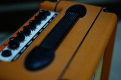 Haut-parleur de guitare électrique sur le plancher photos stock