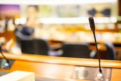 Haut-parleur de voix de microphone avec des assistances ou des étudiants dans le séminaire c image stock