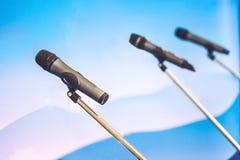 Haut-parleur de voix de microphone avec des assistances ou des étudiants dans le séminaire c photo libre de droits