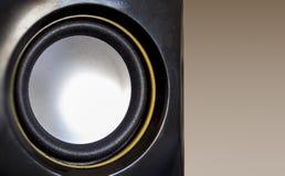 Haut-parleur en gros plan d'ensemble de musique Couleur noire, jaune et blanche photo stock