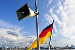Haut-parleur et drapeau allemand sur un bateau photos libres de droits