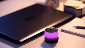 Haut-parleur futé rougeoyant avec la projection virtuelle de temps banque de vidéos