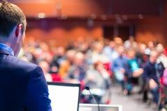 Haut-parleur à la conférence d'affaires et à la présentation Photographie stock libre de droits