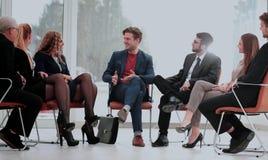 Haut-parleur lors d'une réunion d'affaires répondant à une question d'un parti Photos stock