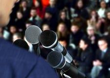 Haut-parleur lors du séminaire donnant la parole Photographie stock libre de droits