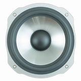 Haut-parleur noir et argenté d'isolement sur le fond blanc Fin de woofer de haut-parleur  images stock
