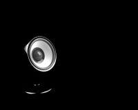 Haut-parleur noir sur le pupitre au-dessus du fond noir Photos stock
