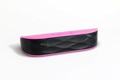 Haut-parleur portatif rose de bluetooth d'isolement sur le blanc Photos stock