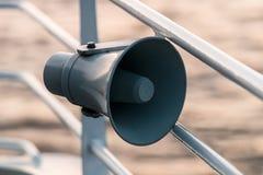 Haut-parleur sur la rambarde du ` s de bateau sur le fond de mer photos libres de droits