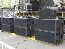 Haut-parleurs audio de concert puissant, amplificateurs, projecteurs, étape Photo stock