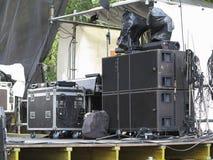 Haut-parleurs audio de concert puissant, amplificateurs, projecteurs, étape Photographie stock