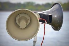 Haut-parleurs bruyants par le lac Images libres de droits