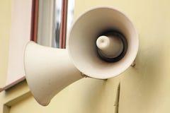 Haut-parleurs de rue sur le mur Images stock