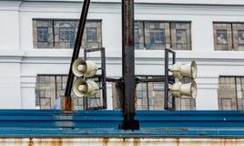 Haut-parleurs sur le vieil entrepôt Images stock