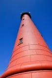 Haut phare d'IJmuiden contre un ciel bleu profond Image stock
