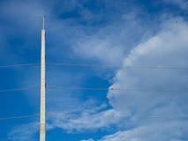 Haut poteau électrique concret Photo stock