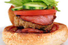Haut proche d'hamburger image stock
