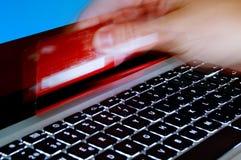 Haut proche de concept, d'ordinateur portatif et de main de commerce électronique Photos stock