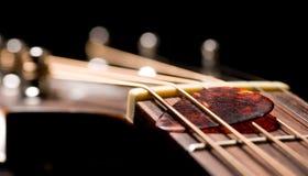 Haut proche de guitare image stock