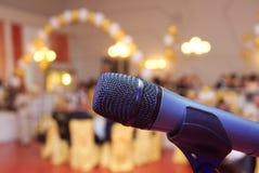 Haut proche de microphone Images stock