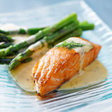 Haut proche de saumons et d'asperge images stock