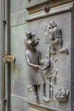 Haut-reliëf bij de het westendeur van de Kathedraal van St Vitus stock fotografie