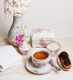 Haut thé anglais avec le gâteau Photographie stock libre de droits