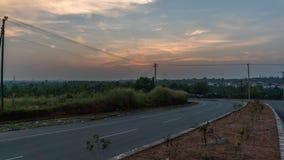 Haut tir de dynamique de coucher du soleil coloré sur des rues photo stock