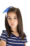 Haut étroit de baiser de portrait de fille caucasienne mignonne de brune Photos libres de droits