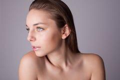 Haut und Schönheit interessieren sich - junge schöne Frau Lizenzfreie Stockbilder