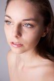 Haut und Schönheit interessieren sich - junge schöne Frau Lizenzfreies Stockbild