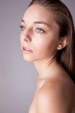 Haut und Schönheit interessieren sich - junge schöne Frau Lizenzfreies Stockfoto