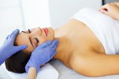 Haut und Sorgfalt Schöne junge Frau mit reiner und schöner Haut im Badekurort-Salon Massage für das Gesicht Lügen auf der Massage Stockfoto
