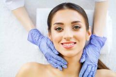 Haut und Sorgfalt Schöne junge Frau mit reiner und schöner Haut im Badekurort-Salon Massage für das Gesicht Lügen auf der Massage Stockbilder