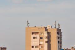 Haut vieux bâtiment avec les émetteurs cellulaires de communication Photographie stock libre de droits