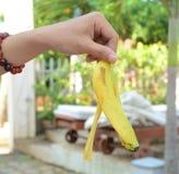 Haut von der Banane in der männlichen Hand Lizenzfreies Stockbild