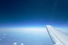 Haute aile de ciel bleu Photo stock