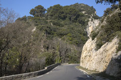 Haute Alpes, Luberon parkerar den utvändiga Lourmarin byn, Provence Royaltyfri Bild