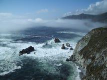 Haute au-dessus des ondes sur la côte Images libres de droits