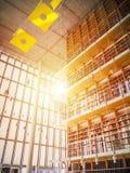 Haute bibliothèque Beaucoup de livres de vers le bas à compléter photographie stock libre de droits