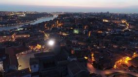 Haute cathédrale de Ribeira de vue supérieure à Porto au crépuscule banque de vidéos