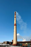 Haute cheminée d'usine. Image stock