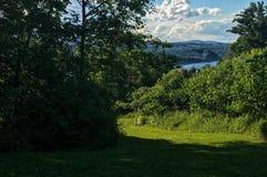 Haute colline au-dessus d'une rivière Photographie stock