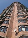 Haute construction neuve, brique rouge, plaques satellites Images stock