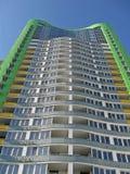 Haute construction urbaine neuve, couleur verte, ciel bleu Photographie stock libre de droits