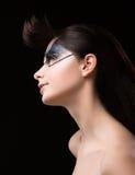 Haute Couturen. Futuristischer Brunette mit metallischen Bergkristallen. Fantastisches ungewöhnliches Make-up Stockbilder