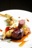 Haute cuisine, biftecks grillés d'agneau avec de la sauce du port Photo stock
