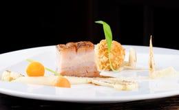 Haute cuisine, bistecca del Confit della carne di maiale con una patata fotografie stock