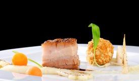 Haute cuisine, bistecca del Confit della carne di maiale con una patata fotografia stock libera da diritti
